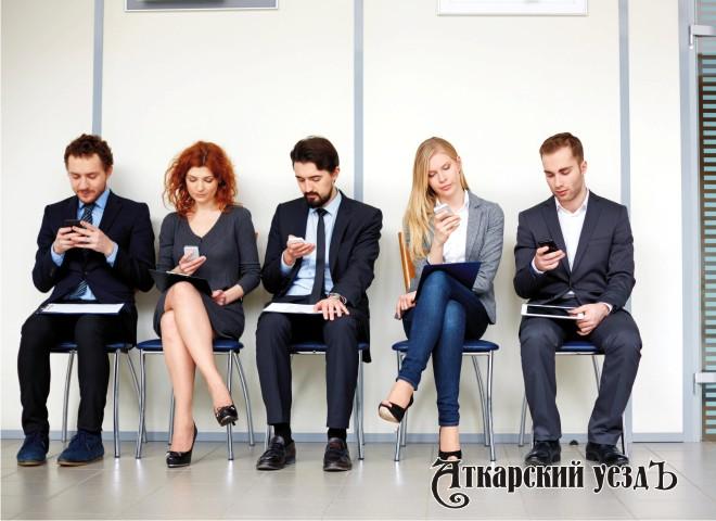 Несколько мужчин и женщин со смартфонами