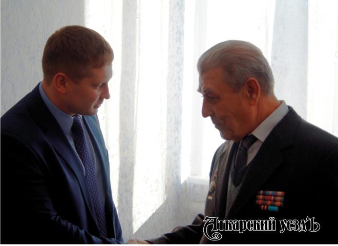Глава администрации Аткарского МР Виктор Елин и председатель местного отделения общества инвалидов Геннадий Изибаев