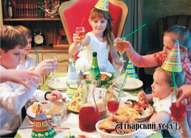 Онищенко назвал безобразием распитие детского шампанского