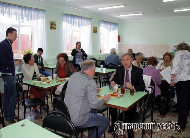 Участники отобедали в школьной столовой