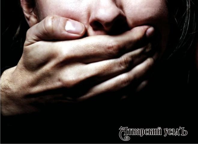 Неизвестный изнасиловал вгаражах 14-летнюю девочку