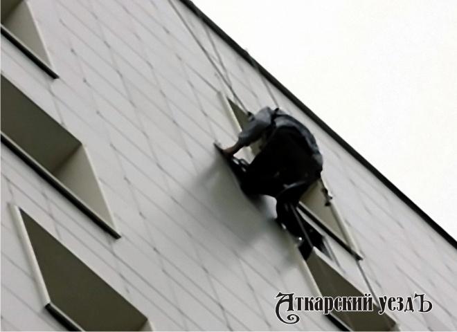 Альпинист вмаскхалате проник вквартиру саратовчанки надесятом этаже