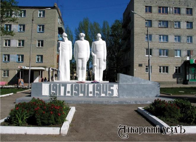 ВКалининске школьник исписал нецензурными словами монумент «Клятва»