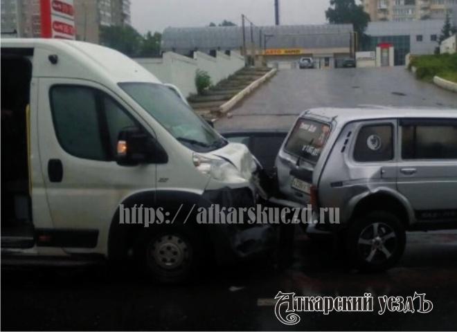 Пассажирский микроавтобус протаранил «Ниву» вСаратове