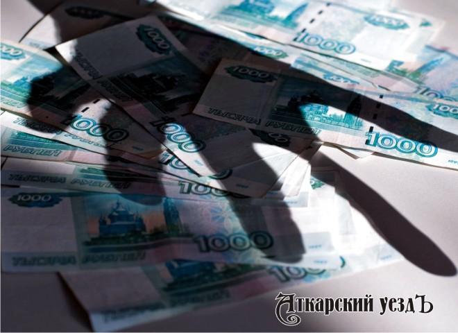 Мужская рука тянется к деньгам