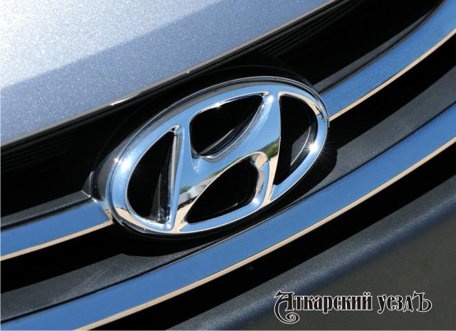 Шильдик Hyundai на капоте