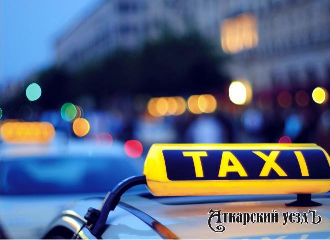 Надпись такси на автомобиле