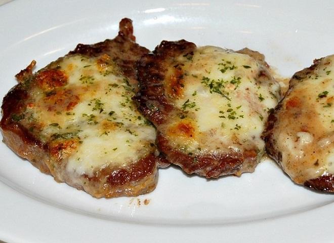 Запеченное отбивное мясо с сыром в духовке
