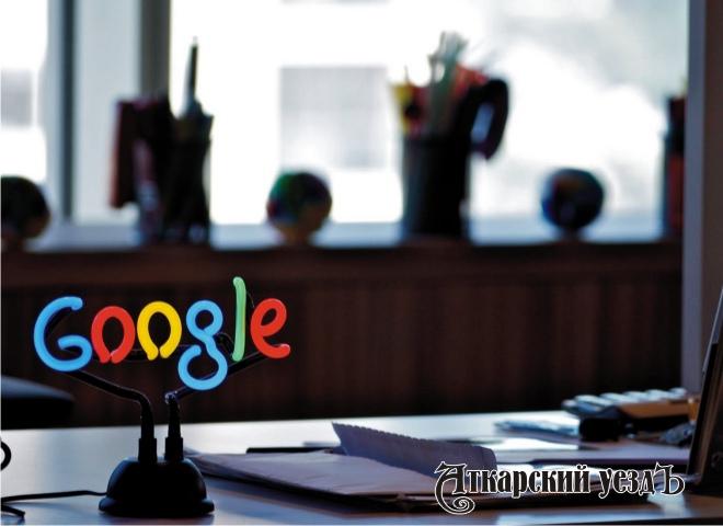 Эмблема Google на столе