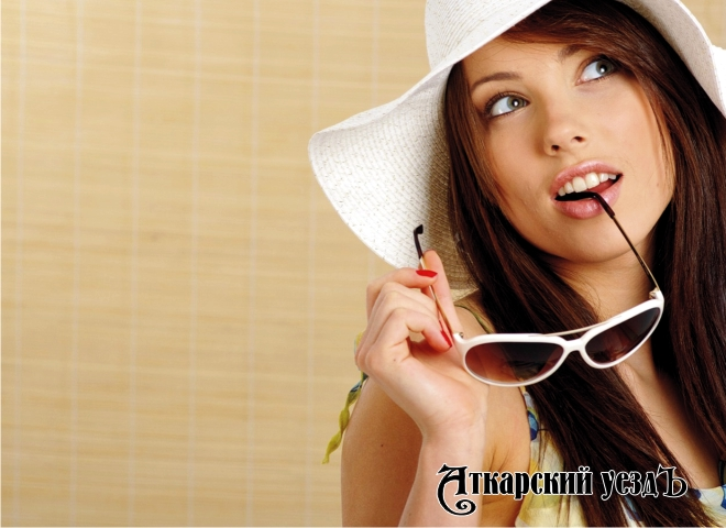 Красивая девушка задумчиво смотрит