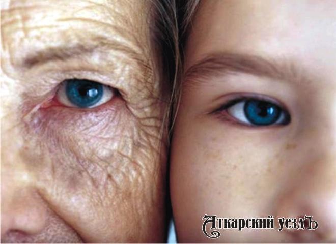 Ребенок и пожилая женщина