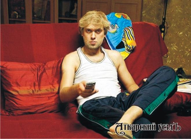 Житель Таганрога Сергей Беляков перед телевизором