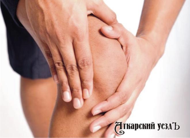 Человек страдает артритом