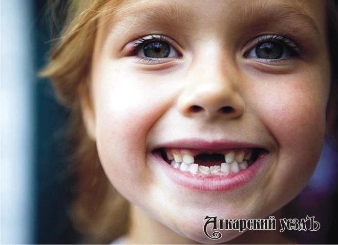Девочка с выпавшими зубами