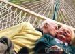 Жизнь пожилых женщин намного трудней и бедней мужской