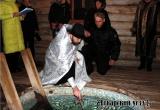 Священник Максим Васильев освятил воду в купели у родника в Дегтярном овраге. Фоторепортаж
